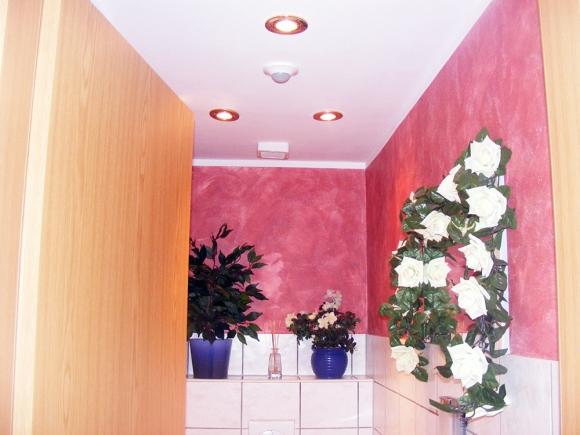 Wand- und Deckengestaltung eines Sanitärbereichs mit Lasurtechnik