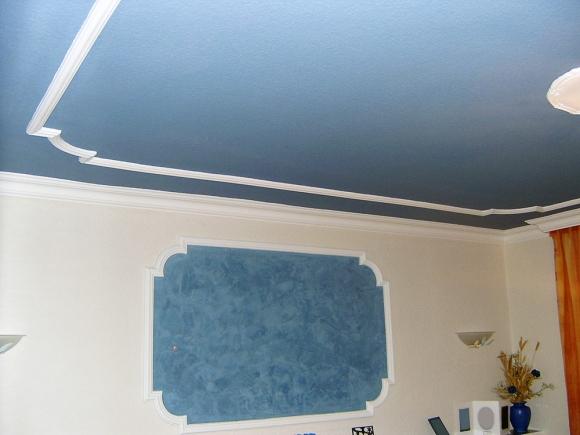 Wand- und Deckengestaltung mit Stuckleisten und Spachteltechnik
