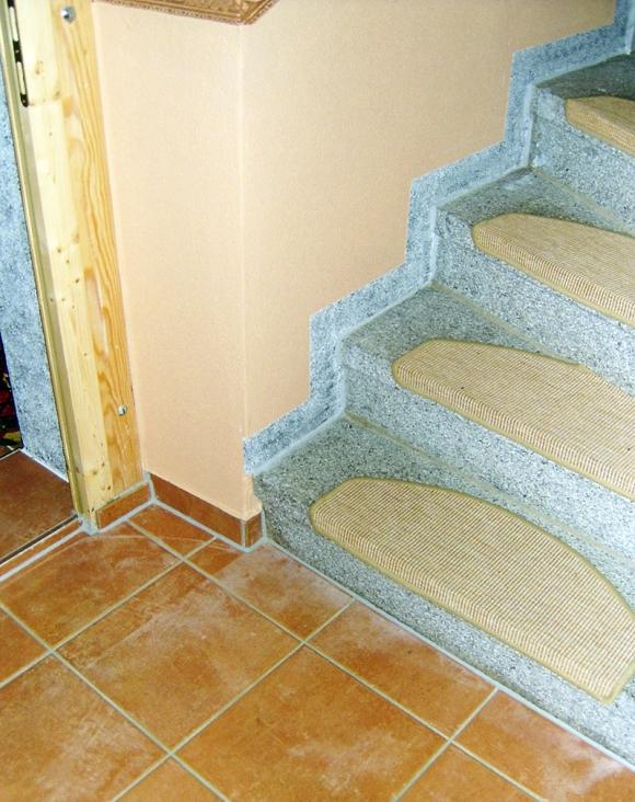Treppensockelgestaltung mit Granit Imitation